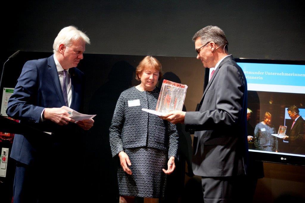 Übergabe des Preises an die Gewinnerin Gabriele Doepner